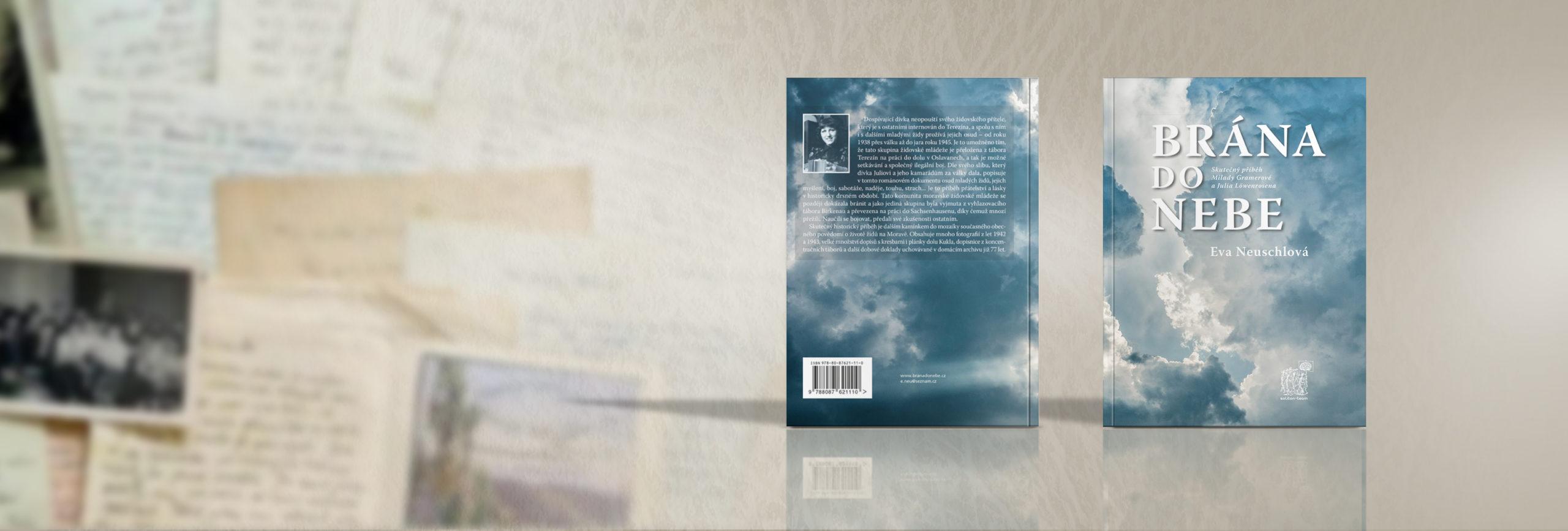 Kniha s fotkami a dopisy v pozadí